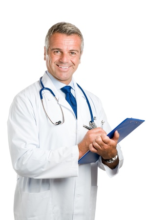 dottore stetoscopio: Felice dottore maturo sorridente, scrivere note e prescrizioni appunti isolato su sfondo bianco