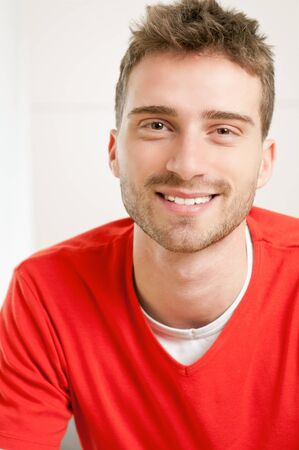 man met baard: Portrait of smiling young man at home Stockfoto