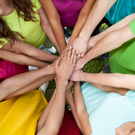 manos juntas: Alta vista del equipo de amigos que muestra la unidad con las manos juntas