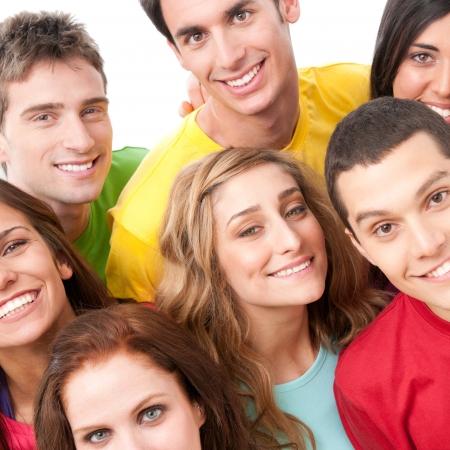 solidaridad: Alegres amigos sonrientes permanente juntos aislada sobre fondo blanco