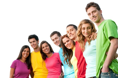 juventud: Gran grupo de amigos sonrientes permanecer juntos y mirando a la cámara aislada sobre fondo blanco