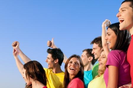jugendliche gruppe: Gl�cklich freudig Gruppe von jungen Freunden zusammen mit Spa� im freien Aufenthalt