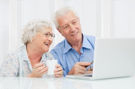 senior ordinateur: Couple a�n� heureux de profiter ensemble � un ordinateur portable Banque d'images