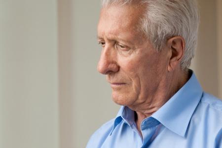 hombre preocupado: Hombre triste superior mirando hacia abajo con la ansiedad Foto de archivo