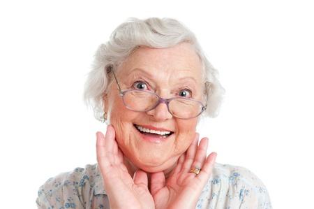 Mujer senior última feliz mirando la cámara aislada sobre fondo blanco
