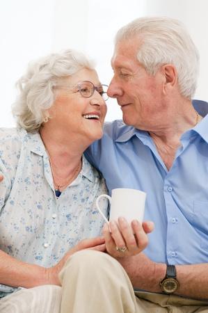 pareja hogar: Pareja amorosa alto juntos disfruta su jubilaci�n en casa