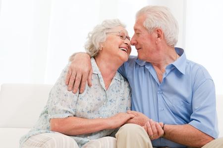 adulto mayor feliz: Pareja feliz feliz entre amar y disfrutar de la jubilaci�n en el pa�s