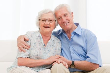 parejas de amor: Feliz pareja sonriente alto abrazando juntos en casa