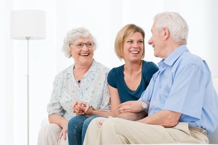 jeune vieux: Heureux souriant petite-fille de profiter du temps avec ses grands-parents � la maison