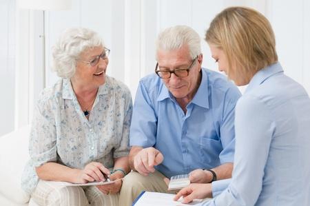 金融コンサルタントと彼らの投資を計画して退職した老夫婦