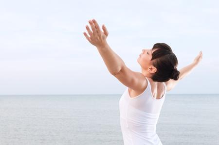 atmung: Gesunde junge Frau atmen und genie�en Sie die Sommerbrise am Meer im Freien