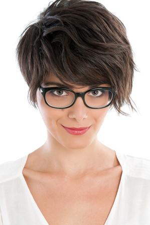 hair short: Sonriente mujer hermosa satisfecho mirando a la c�mara con su nuevo par de anteojos