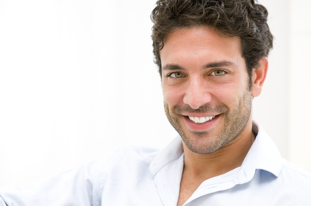 uomo felice: Closeup di felice giovane uomo guardando la fotocamera a casa