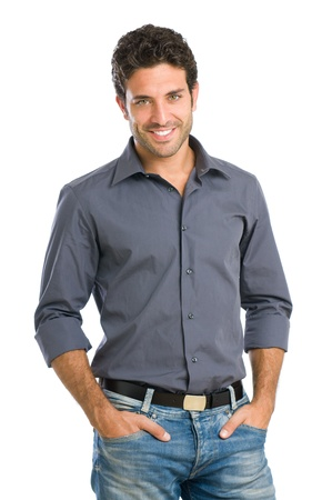 Sonriendo chico hispano hermosa mirando a la cámara sobre fondo blanco