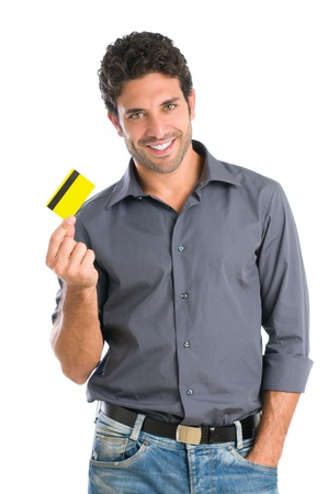 carta credito: Felice l'uomo sorridente giovane in possesso di una carta di credito isolato su sfondo bianco