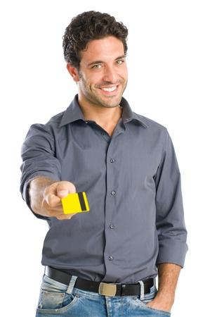 carta credito: Felice l'uomo giovane, dando carta di credito pronta per il pagamento, isolato su sfondo bianco Archivio Fotografico
