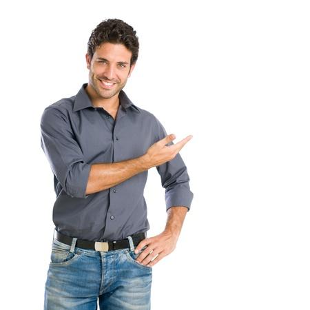 uomo felice: Felice l'uomo sorridente presentare e mostrare il vostro testo o di un prodotto isolato su sfondo bianco