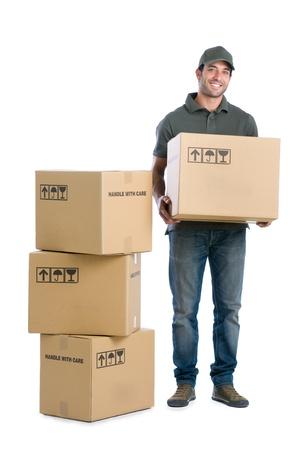 cajas de carton: Feliz sonriente hombre con la entrega cajas aisladas sobre fondo blanco Foto de archivo