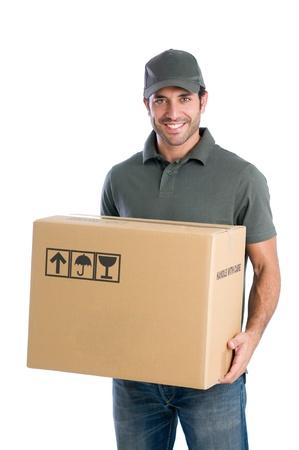 corriere: Sorridente fattorino giovane azienda e portando un cardbox isolato su sfondo bianco