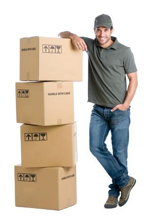 送料: 箱の白い背景で隔離のスタックに傾いて満足と誇りの配達人