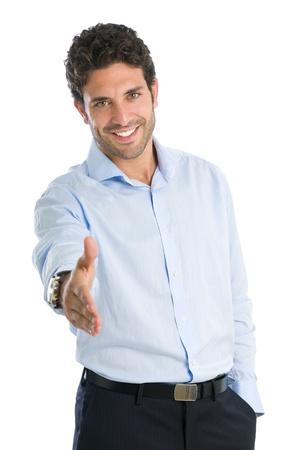 bienvenida: Hombre de negocios feliz y sonriente dando la mano para un apret�n de manos aisladas sobre fondo blanco