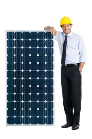 energia solar: Hombre de negocios sonriente que muestra un panel solar, s�mbolo de la energ�a verde y ambiental de las empresas bien