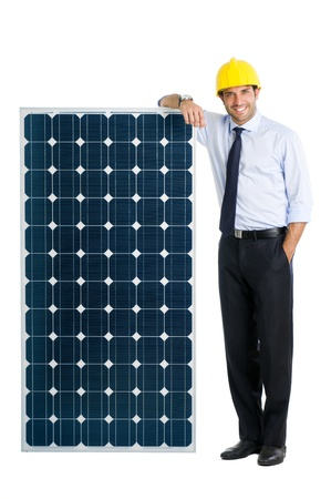 Smiling Geschäftsmann zeigt ein Solarpanel, das Symbol der grünen Energie und einen guten ökologischen Wirtschaft