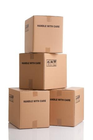 cajas de carton: Pila de cajas de cart�n listos para ser enviados aisladas sobre fondo blanco