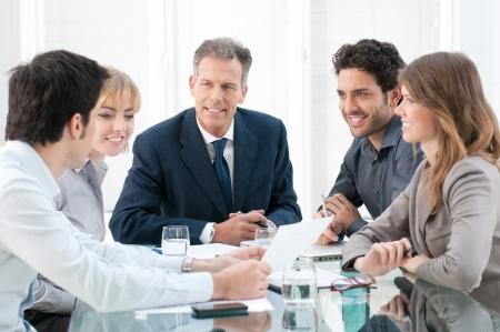 dolgozó: Üzleti embercsoport megvitatása és együtt dolgoznak az irodában Stock fotó