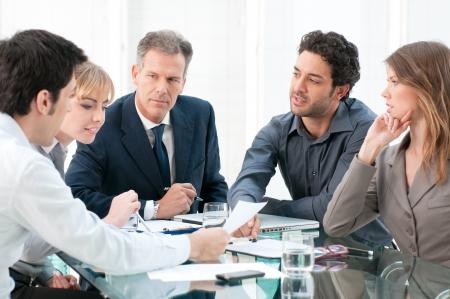 Les gens d'affaires de travail et de discuter ensemble lors de la réunion dans le bureau