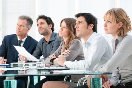 conferencia de negocios: Grupo empresarial de personas que asisten y escuchar en la conferencia