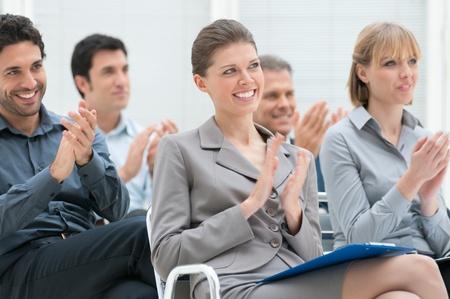 Grupo de personas de negocios feliz aplaudiendo en una conferencia de reunión