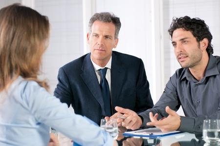 work together: Jonge vrouw bespreken tijdens een sollicitatiegesprek op het kantoor van