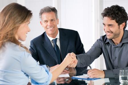 entrevista de trabajo: Apretón de manos para sellar un acuerdo tras una reunión de la contratación laboral Foto de archivo