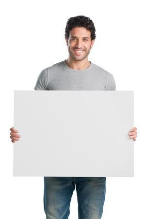 uithangbord: Happy jonge man toont en de weergave van plakkaat klaar voor uw tekst of product