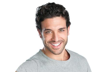 Close-up van gelukkige lachende man op zoek naar camera geà ¯ soleerd op witte achtergrond