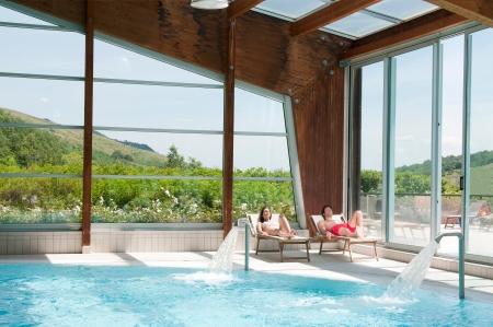 бассейн: Молодая пара расслабляющий вместе в прекрасном спа-центр Фото со стока
