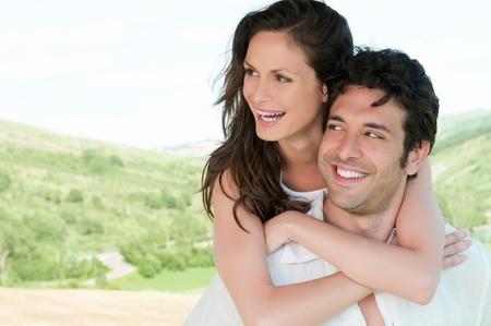 couple amoureux: Heureux couple amoureux de sourire et profiter de la nature en plein air