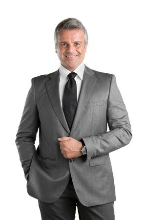 Heureux homme d'affaires mature en costume regardant la caméra et souriant isolé sur fond blanc