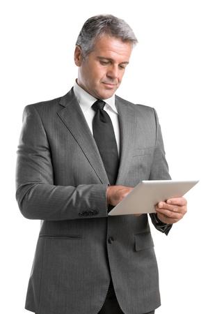 iş adamı: Beyaz zemin üzerine izole dijital tablet üzerinde çalışıyor Smiling olgun işadamı