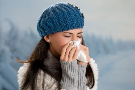 ragazza malata: Giovane donna di ammalarsi di influenza in un giorno d'inverno all'aperto Archivio Fotografico