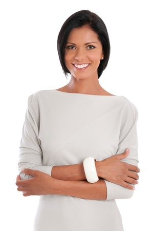 Mooie Latijns zakelijke vrouw lachend in elegante kleding, geïsoleerd op witte achtergrond