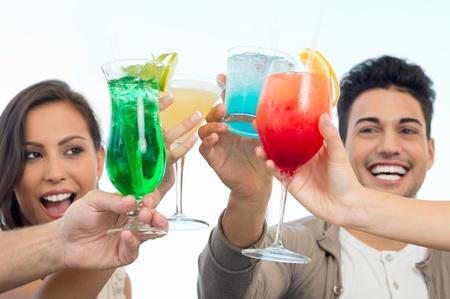 Groep van gelukkige lachende vrienden vieren toasten met glazen sap
