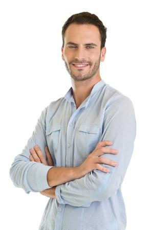 Casual Young Man Standing Mit Arm gekreuzt auf weißem Hintergrund