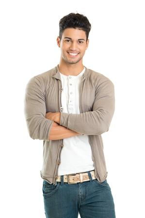 je�ne: D�contract� jeune homme, debout avec son bras crois�s isol� sur fond blanc