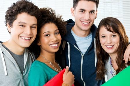 jugendliche gruppe: Portrait eines gl�cklichen Studenten zusammen auf dem College