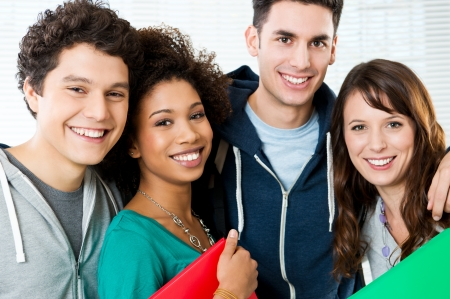 młodzież: Portret szczęśliwy studentów razem na uczelni