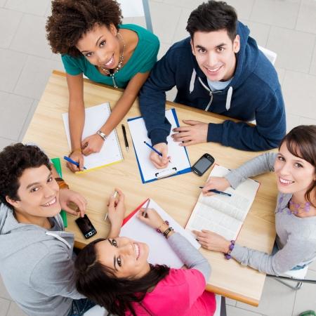 Groupe de jeunes étudiants qui étudient ensemble à la bibliothèque, High View Banque d'images