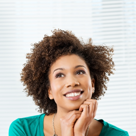 mujer pensativa: Retrato De Muchacha africana feliz que piensa y que mira para arriba