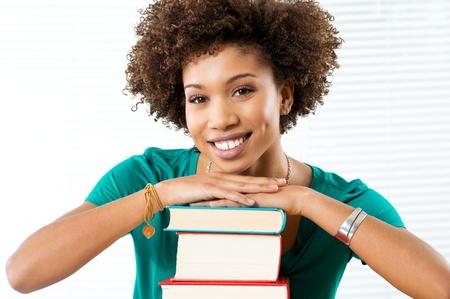 etudiant africain: Portrait Of African Student Bonne Penchant Sur Books Banque d'images